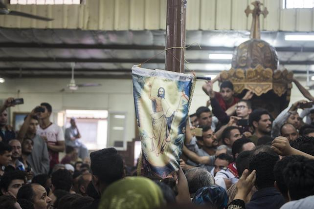 epa05991951 Relatives mourn during the funeral of victims killed in an attack at the Monastery of St Samuel the Confessor, in Minya Province, central Egypt, 26 May 2017. According to news reports, a group of Coptic Christians were attacked in their bus en route to the Monastery when gunmen opened fire on them, killing at least 20 and injuring dozens.  EPA/MOHAMED HOSSAM