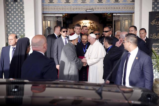 epa05933729 A handout photo made available by the Azhar Media Center shows Grand Imam of al-Azhar Ahmed al-Tayeb shaking hands with Pope Francis at al-Azhar Mosque in Cairo, Egypt, 28 April 2017. Pope Francis is on a two-day visit to Egypt and will meet with Egyptian President Abdel Fattah al-Sisi, head of the Coptic Orthodox Church Pope Tawadros II, and Grand Imam of al-Azhar Ahmed al-Tayeb. As well as holding a mass in the Air Defense Stadium north-east of Cairo.  EPA/AZHAR MEDIA CENTER HANDOUT  HANDOUT EDITORIAL USE ONLY/NO SALES