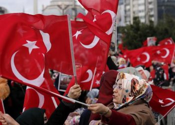 epa04533633 Supporters of the Hizmet movement of US-based Islamic cleric Fethullah Gulen shout slogans as they wave Turkish flags outside a courthouse in Istanbul, Turkey 18 December 2014. A Turkish prosecutor on 16 December formally dropped all charges against government officials stemming from a high-profile corruption investigation that exploded into the headlines last December. The corruption investigation forced four ministers to resign and threatened the stability of the government. Then prime minister Erdogan blamed the investigation on a so-called parallel state, which he claims is run by US-based Islamic cleric Fethullah Gulen.  EPA/TOLGA BOZOGLU