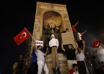 epa05430977 Protesters carry an effigy of Turkish Muslim cleric Fethullah Gulen, founder of the Gulen movement, during a demonstration at Taksim Square, in Istanbul, Turkey, 18 July 2016. Gulen has been accused by Turkish President Recept Tayyip Erdogan of allegedly orchestrating the 15 July failed coup attempt. Turkish Prime Minister, Binali Yildirim, announced on 18 July that of the 7,500 detainees involved in the coup attempt, there were 6,000 soldiers, 100 police officers, 755 judges and prosecutors and 650 civilians. Among the detained army officials included 103 generals, almost one third of the 356 generals in the Turkish Army. At least 290 people were killed and almost 1,500 injured amid violent clashes on July 15 as certain military factions attempted to stage a coup d'etat.  EPA/SEDAT SUNA