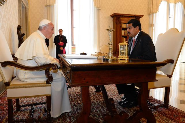 Pope Francis (L) speaks with Venezuelan President Nicolas Maduro during a private audience in the pontiff's library on June 17, 2013 at the Vatican. ANSA/AFP/POOL