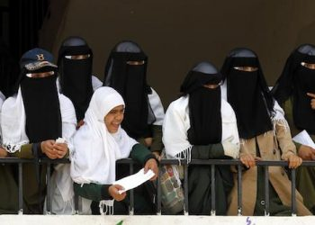 epa05953458 Yemeni female students attend a rally protesting the two-year conflict, at a school in Sana'a, Yemen, 09 May 2017. According to reports, the Saudi-led military coalition has been fighting the Houthi rebels in Yemen for more than two years in an attempt to restore power to Yemen's internationally recognized President Abdo Rabbo Mansour Hadi, claiming the lives of nearly 10 thousand people and leaving more than three million displaced.  EPA/YAHYA ARHAB