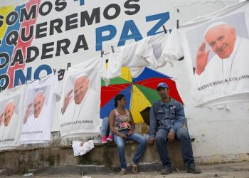 epa06197331 T-shirts depicting Pope Francis are seen hanging on sale during a Mass celebrated by the Pontiff in the port area of Contecar in Cartagena, Bolivar, Colombia, 10 September 2017. Cartagena de Indias woke up among strong security measures and thousands of parishioners dressed in white awaiting the arrival of the Pontiff on the last day of his five-day visit to Colombia.  EPA/ORLANDO BARRIA