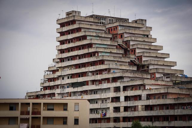 Uno scorcio del quartiere Scampia  dove le indagini della Polizia e della Guardia di Finanza, oggi, hanno riguardato in particolare l'alleanza tra i clan Di Lauro e Vanella Grassi che, tra il 2012 e il 2014 nel pieno della terza faida di Scampia, hanno messo in piedi una vera e propria industria nel narcotraffico. Napoli 6 Giugno 2017 ANSA/CESARE ABBATE/