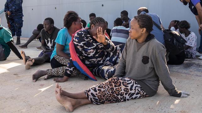 Un gruppo di migranti fotografata in un centro a Tripoli in una foto diffusa il 7 novembre 2017. ANSA/ ZUHAIR ABUSREWIL