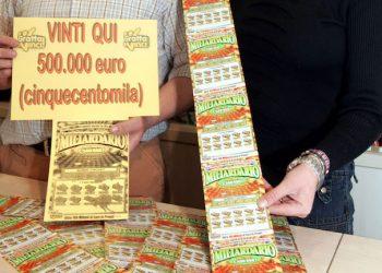 20060129-SCANDICCI-FIRENZE-VINCITA DI 500.000 EURO IN RICEVITORIA BARTOLINI. Il titolare della ricevitoria Roberto Bartolini e Debora, nella loro ricevitoria dove sono stati vinti 500.000 euro conun gratta e vinci. MARCO BUCCO/ANSA.