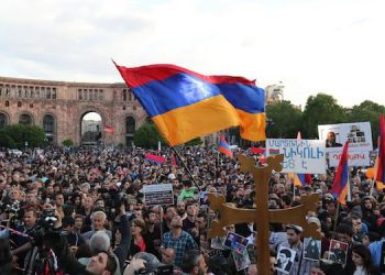 epaselect epa06702868 Armenian people attend an opposition rally in Yerevan, Armenia, 30 April 2018. Opposition supporters demand that the acting prime minister, a representative of the ruling Republican Party of Armenia, will be replaced by a people's candidate before early parliamentary elections take place.  EPA/ZURAB KURTSIKIDZE