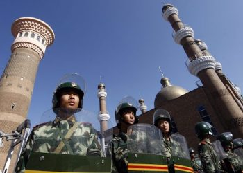 epa01788442 Chinese soldiers guard in front of the closed Grand Bazaar in an Uyghur neighbourhood in Urumqi, China, 09 July 2009. This week's ethnic riots in western Xinjiang province are the deadliest on record since the end of the Cultural Revolution in the 1970s.  EPA/OLIVER WEIKEN