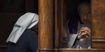 Papa Francesco durante la Celebrazione Penitenziale nella Basilica di San Pietro, 17 marzo 2017. ANSA / L'OSSERVATORE ROMANO