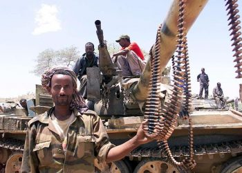 20000609 - ROMA- ETIOPIA- ERITREA  ASMARA ANNUNCIA IL CESSATE- IL- FUOCO- foto di archivio che mostra soldati dell'esercito etiopico  posano davanti ad un tank- ARCHIVIO/ANSA/JI