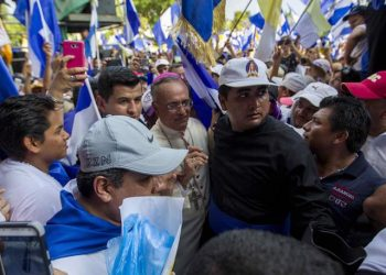 epa06699915 Bishop Silvio Baez (C) heads to the Cathedral of Managua, during a rally to demand justice for the more than thirty people killed at rallies held to demand that President Daniel Ortega and his wife, Vice President Rosario Murillo, step down from power, in Managua, Nicaragua, 28 April 2018.  EPA/JORGE TORRES