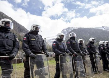 epa05275300 Riot Austrian police line up to face protesters (not pictured) during a rally against the Austrian government's planned re-introduction of border controls at the Brenner Pass, Austria, 24 April 2016. Austrian and Tyrolean authorities announced they will reinstate border controls along Austrian's border crossings with Italy in order to stem the influx of migrants.  EPA/JAN HETFLEISCH