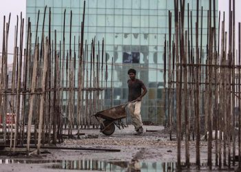 epa04321264 An Indian labourer works at a construction site in Mumbai, India, 18 July 2014. While presenting the 2014-15 budget, Finance Minister Jaitley said that around 661,5 million US dollars were allocated for low-cost housing and Real Estate Investment Trusts (REITs) would soon be allowed.  EPA/DIVYAKANT SOLANKI