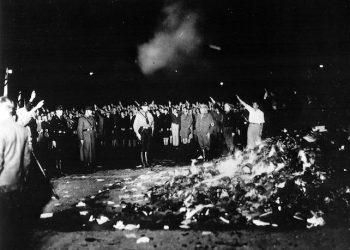 Un rogo di libri nella citta' di Berlino il 10 maggio 1933, in una foto dell'Archivio Federale Tedesco pubblicata da Wikipedia. 5 maggio 2016. ANSA/ WIKIPEDIA +++ NO SALES - EDITORIAL USE ONLY +++