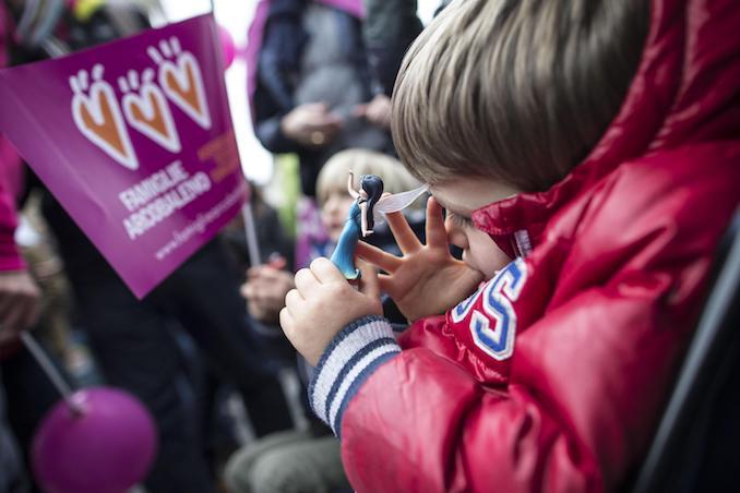 Un momento della manifestazione a Piazza del Popolo organizzata delle associazioni lgbt, la manifestazione, dopo l'approvazione al Senato del ddl Cirinn‡, punta a richiedere pi˘ diritti per le coppie omosessuali. Roma, 5 marzo 2016. ANSA/MASSIMO PERCOSSI