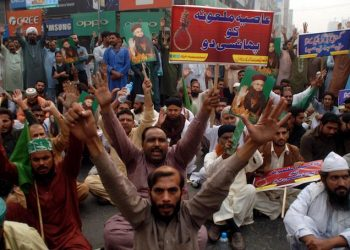 epa07132840 Supporters of Islamic political party Tehrik Labaik Ya RasoolAllah (TLP) hold a placard reading in Urdu 'Hang Asia Bibi' as they protest after the Supreme Court acquitted Asia Bibi, a Christian accused of blasphemy, in Faisalabad, Pakistan, 31 October 2018. The Supreme Court of Pakistan on 31 October acquitted Asia Bibi, a Christian accused of blasphemy, and annulled her death sentence for allegedly insulting the Prophet Muhammad in 2009, amid threats from Islamist groups demanding her execution.  EPA/ILYAS SHEIKH