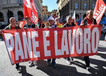 I lavoratori edili del Terzo Valico durante la manifestazione di protesta per chiedere  al governo lo sblocco dei fondi per il proseguimento dell'infrastruttura e protestare contro il M5S che la scorsa settimana in Regione non ha firmato l'ordine degli giorno in tal senso proposto da tutte le altre forze politiche a Genova, 23 ottobre 2018. ANSA/LUCA ZENNARO