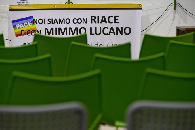 """Manifesto a favore del """"modello Riace"""" e di Mimmo Lucano - foto Ansa"""