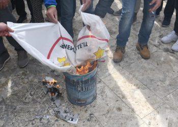 Un momento della protesta dei No Tap sul lungomare di San Foca, Melendugno (Lecce), 28 ottobre 2018. Alcuni attivisti che partecipano alla manifestazione hanno bruciato le proprie tessere elettorali e le foto che ritraevano i volti dei parlamentari del M5S eletti in Salento, compresa quella del ministro del Sud, Barbara Lezzi, e il simbolo del Movimento pentastellato. ANSA/CLAUDIO LONGO