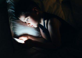 Bambino con smartphone (foto Shutterstock)