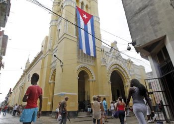 epa07007314 People walk past the Church of Our Lady of Charity, dedicated to the Virgin of Charity of Cobre, patron saint of Cuba, before beginning the procession of the Virgin in Havana, Cuba, 08 September 2018.  EPA/YANDER ZAMORA