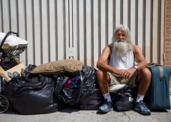 Un homeless per le strade di Los Angeles