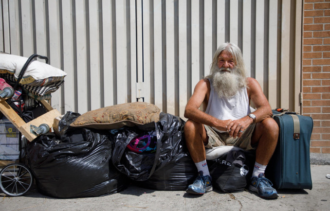 Un homeless per le strade di Los Angeles