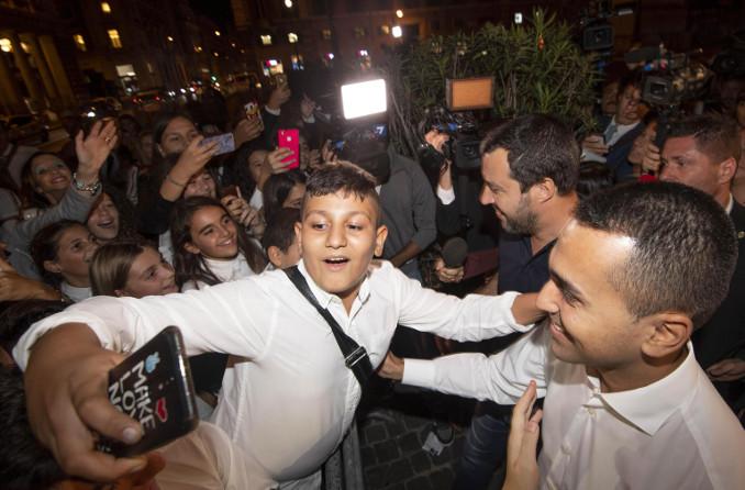 Matteo Salvini e Luigi Di Maio tra una folla di fan