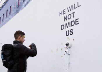"""""""He will not divide us"""", installazione anti-Trump realizzata dall'attore Shia LaBeouf al Museum of the Moving Image di Astoria, New York"""