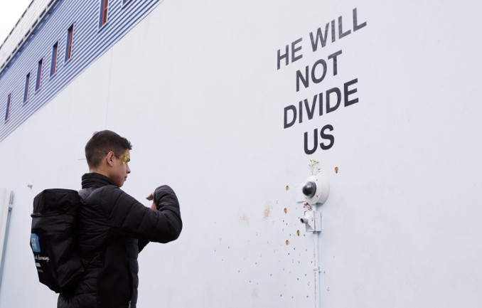 """He will not divide us"", installazione anti-Trump realizzata dall'attore Shia LaBeouf al Museum of the Moving Image di Astoria, New York"