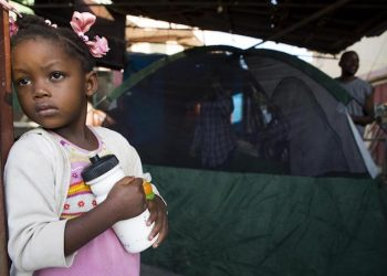 epa07079005 A girl looks the street while her family organizes a tent outside their home in Port-de-Paix, Haiti, 08 October 2018, a day after the 5.9-magnitude earthquake that caused at least 12 dead and 188 injured according preliminary reports. Haiti's President Jovenel Moise visit affected zones and said that is important that the citizens follow the instructions of the authorities and 'don't return to their damage residences'.  EPA/Orlando Barria
