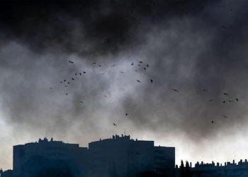 Il vasto incendio divampato in un capannone adibito a deposito rifiuti nell'impianto Ama di via Salaria, Roma, 11 dicembre 2018 ANSA/MASSIMO PERCOSSI