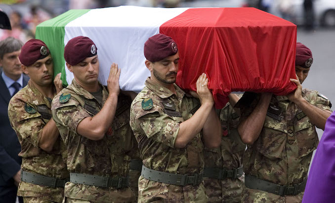 II feretro del primo caporal maggiore David Tobini, ucciso lunedi' scorso in uno scontro a fuoco in Afghanistan, arriva nella Basilica di Santa Maria degli Angeli a Roma per i funerali oggi, 27 Luglio 2011. ANSA//SERENA CREMASCHI