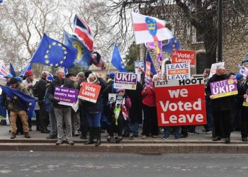 epa07287204 Pro and anti Brexit supporters outside of the Houses of Parliament  London, Britain, 15 January 2019. Parliamentarians are voting on the postponed Brexit EU Withdrawal Agreement, commonly known as The Meaningful Vote, deciding on Britain's future relationship with the European Union.  EPA/FACUNDO ARRIZABALAGA