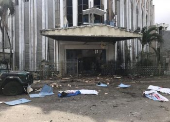 epa07323333 Covered bodies lie on the ground in front of a church following two explosions in Jolo city, Sulu, Philippines, 27 January 2018. According to reports, at least 21 people were killed and 71 others were injured after two bombs exploded outside a cathedral in the city Jolo.  EPA/PEEWEE BACUNO BEST QUALITY AVAILABLE