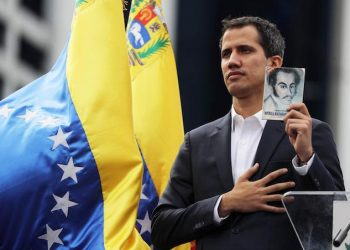 epa07312932 Juan Guaido, President of the Venezuelan Parliament, poses with a copy of Venezuela's consitution as he announces that he assumes executive powers, in Caracas, Venezuela, 23 January 2019. Guaido declared himself interim president of Venezuela - a move that was quickly recognised by US President Trump -  in fight against President Maduro whose presidency Guaido considers 'illegitimate'.  EPA/Miguel Gutiérrez