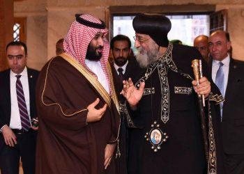 Il principe saudita Mohammad Bin Salman con il papa copto Tawadros II al Cairo