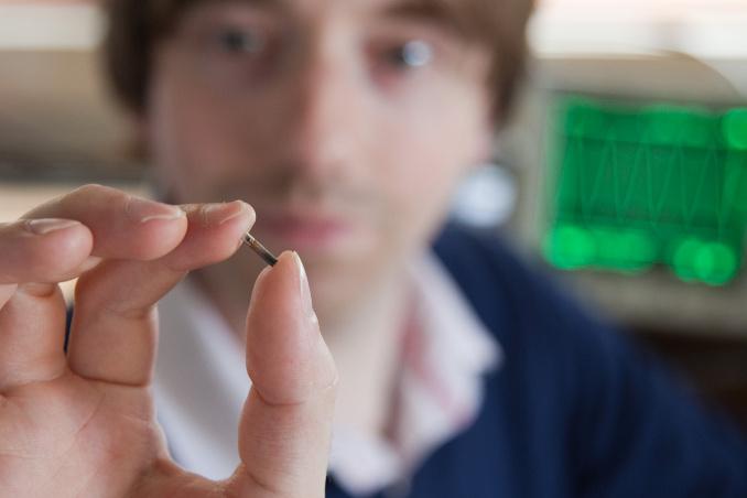Mark Gasson con il microchip che si è impiantato nella mano - Foto Paul Hughes