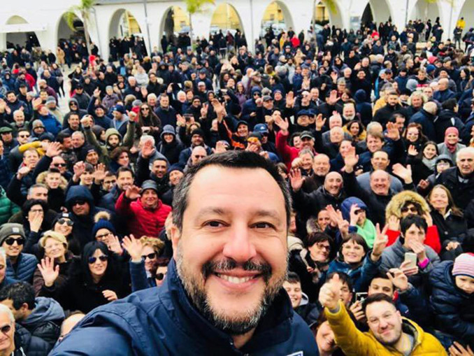 Selfie di Matteo Salvini tra la folla a Matera