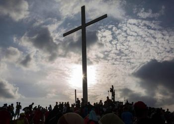 epa06638148 Hundreds of people participate in an enactment of the Via Crucis, or Stations of the Cross, in the El Nazareno neighborhood of Petare, Caracas, Venezuela, 30 March 2018. The Stations of the Cross is a reenactment of the events which occurred on the supposed day of the crucifixion of Jesus Christ, traditionally observed on Good Friday.  EPA/CRISTIAN HERNANDEZ