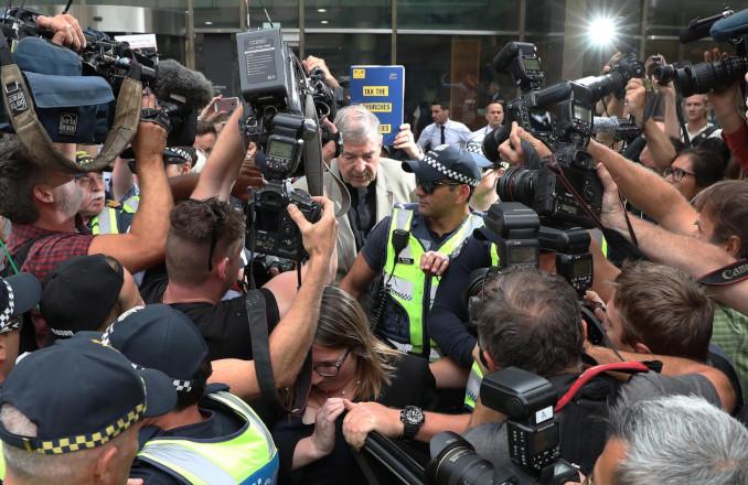 Il cardinale George Pell all'uscita dal tribunale di Melbourne, Australia, dopo la condanna per abusi