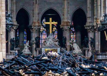 La croce all'interno di Notre-Dame risparmiata dall'incendio