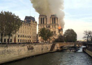 Il tetto di Notre-Dame in fiamme