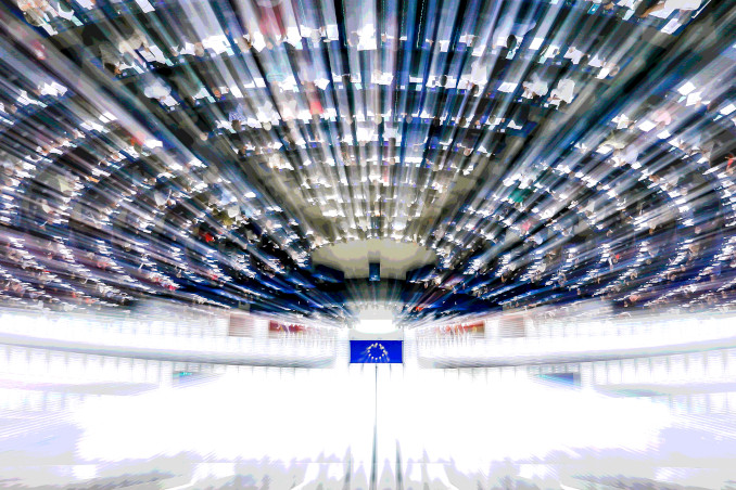 L'emiciclo (girato sottosopra) del Parlamento europeo di Strasburgo