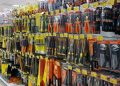 Attrezzi esposti in un negozio di ferramenta
