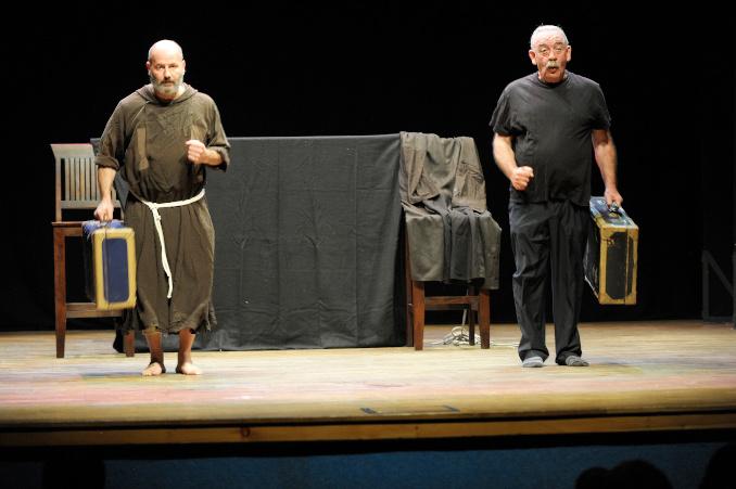 """Padre Marco Finco e Bano Ferrari in una scena di """"Francesco secondo Giovanni"""", spettacolo teatrale prodotto da Rosetum"""
