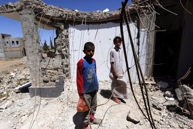 Bambini fra edifici bombardati dai sauditi in Yemen