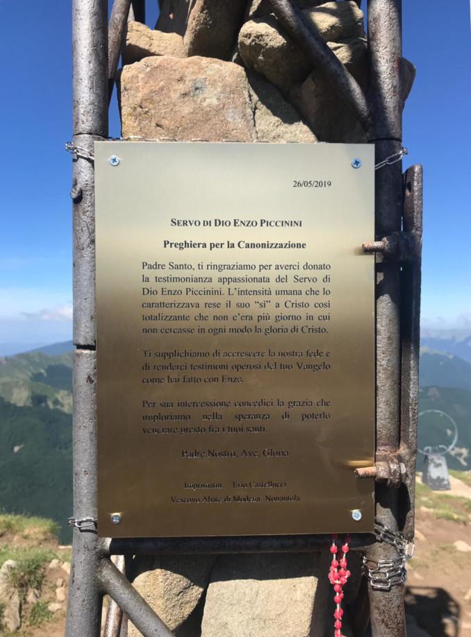 La targa con la preghiera per la canonizzazione di Enzo Piccinini sul monte Cusna