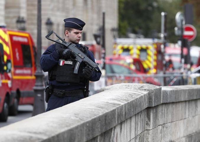 attentato parigi prefettura francia