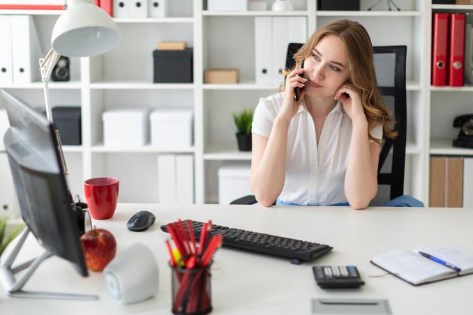 Giovane donna al lavoro in ufficio